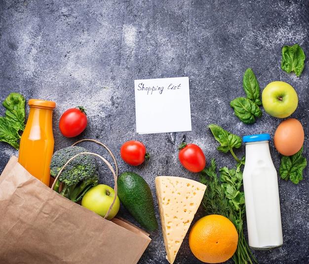 Lista de la compra y productos frescos y saludables.