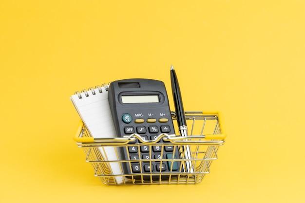 Lista de compras, costo y gasto para comprar cosas en concepto de supermercado o minimart