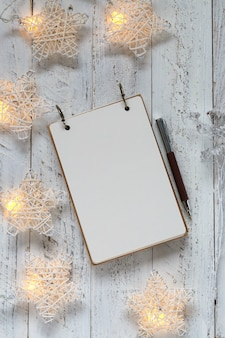 Lista de compras y guirnalda luminosa