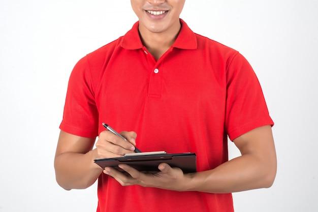 Lista de comprobación joven del hombre de entrega en el tablero aislado en el fondo blanco