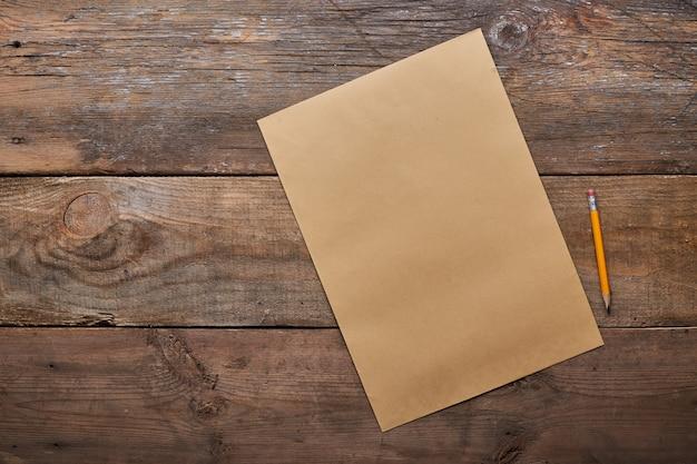 Una lista de deseos, antigua hoja de papel con lápiz en madera grunge con espacio de copia,