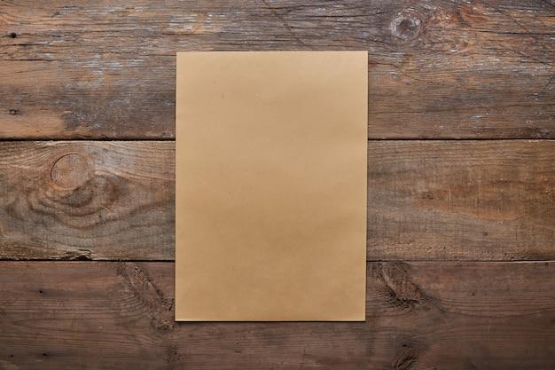 Una lista de deseos, hoja de papel viejo en madera grunge con espacio de copia