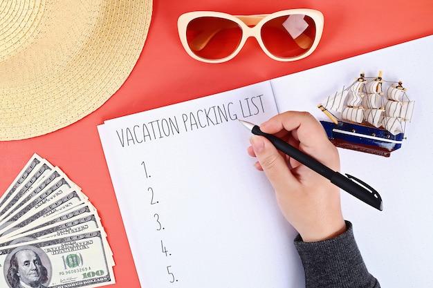 Lista de embalaje para las vacaciones de verano en hoja de cuaderno.