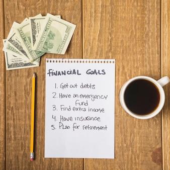 Lista de objetivos financieros en la mesa
