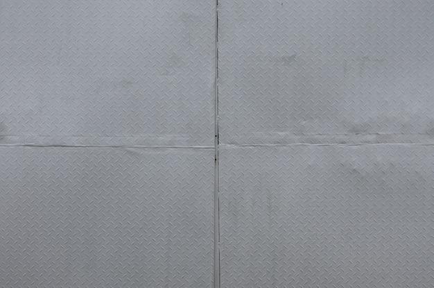 Lista oscura de aluminio con formas de rombo.