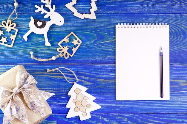 Lista de resolución de año nuevo con lugar para texto y decoraciones sobre fondo azul