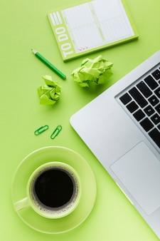 Lista de tareas y café plano