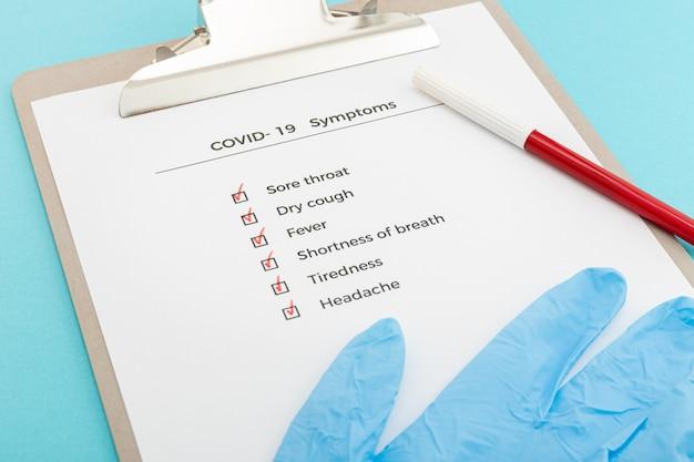 Lista de verificación en el concepto de síntomas de portapapeles covid-19. lista de evaluación brote de covid