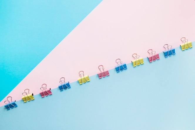 Listas de papel de colores con clips