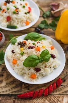 Listo para comer comida deliciosa con verduras frescas en tablones de madera