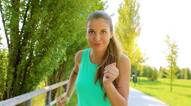 Listo para el éxito. retrato de hermosa mujer decidida lista para comenzar a correr mirando frente a ella claramente sus metas.