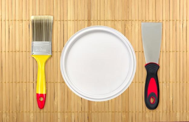 Listo para reformar el hogar. fotografía creativa de varias herramientas de pintura.