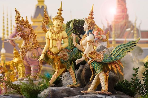 Literatura de arte tailandés o historia de himmapan en merciful sanam luang en la ciudad de bangkok, tailandia)