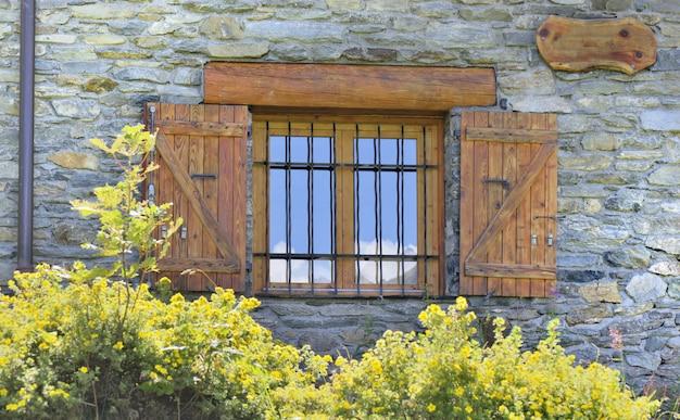 Litte ventana en fachada empedrada