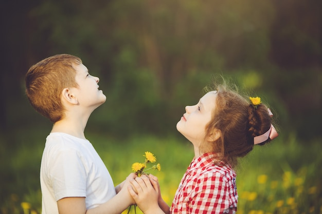 Little boy regalo flores su amiga chica