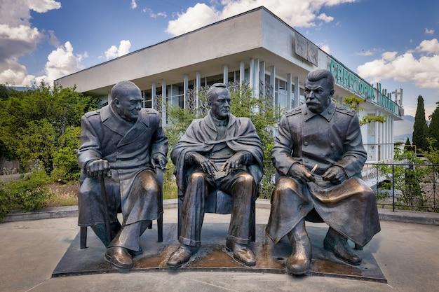 Livadia crimea monumento a stalin roosevelt y churchill para el aniversario de la conferencia