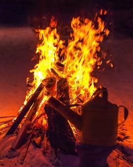 Llama ardiente en el campamento