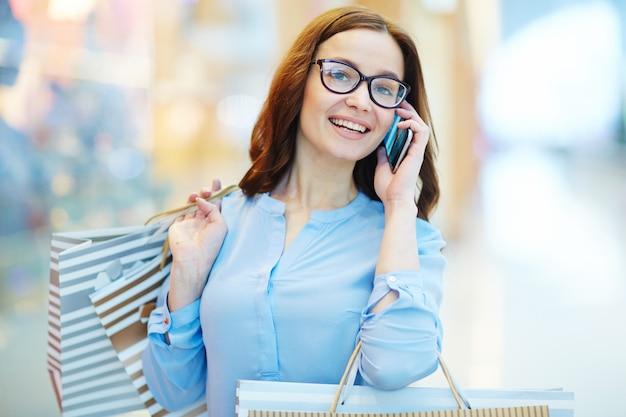Llamando en el centro comercial