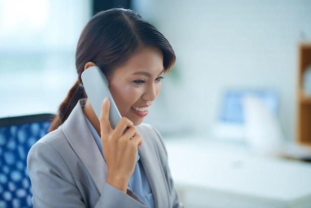 Llamando a mujer de negocios