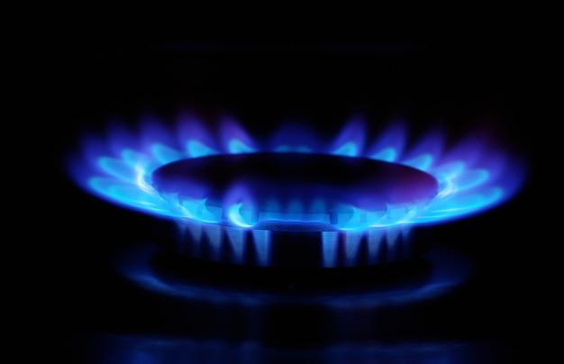 Llamas de estufa de gas en la oscuridad