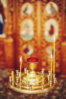 Llamas de velas en la iglesia ortodoxa