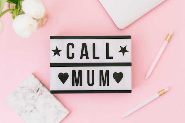Llame a la inscripción de mamá con flores blancas y portátil
