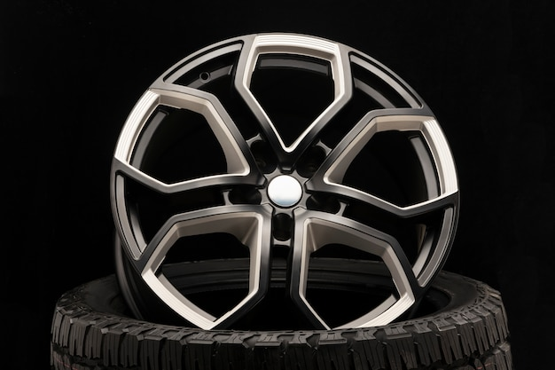 Llanta de aleación de aluminio. elenco premium, el diseño de los radios y la llanta, elementos blancos y negros.