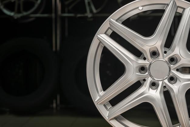 Llanta de aleación de plata, llanta nueva rueda de coche sobre un fondo negro de cerca