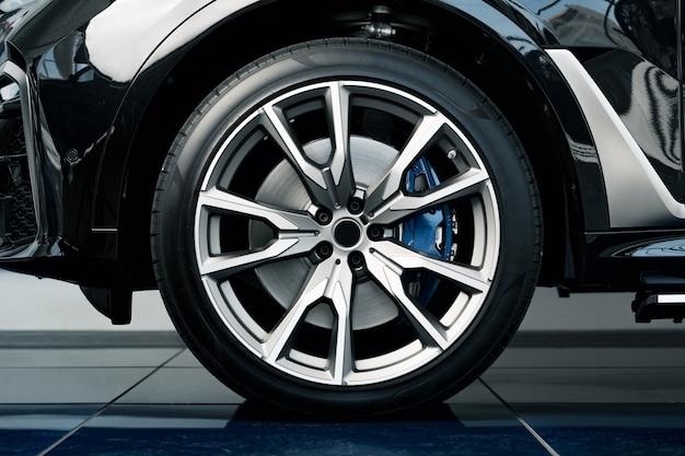 Llanta de aluminio de la rueda del coche de lujo de cerca