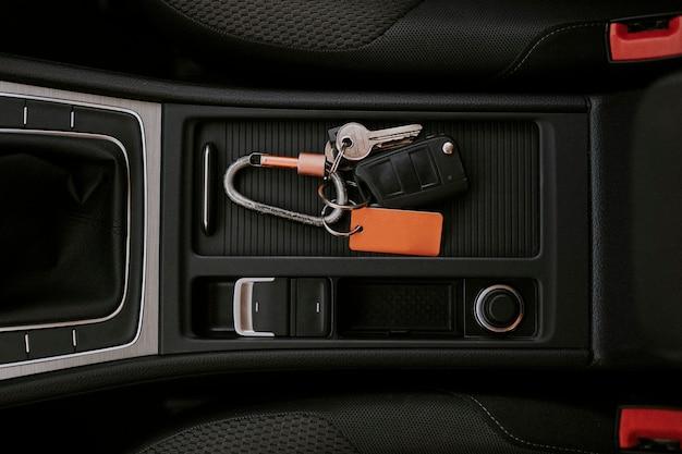 Llave del auto en un espacio de la consola central