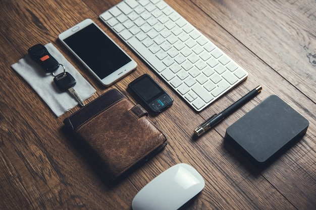 Llave y billetera en el escritorio de madera.