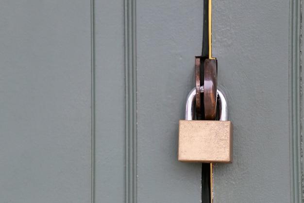 La llave maestra es la cerradura de la puerta de madera.