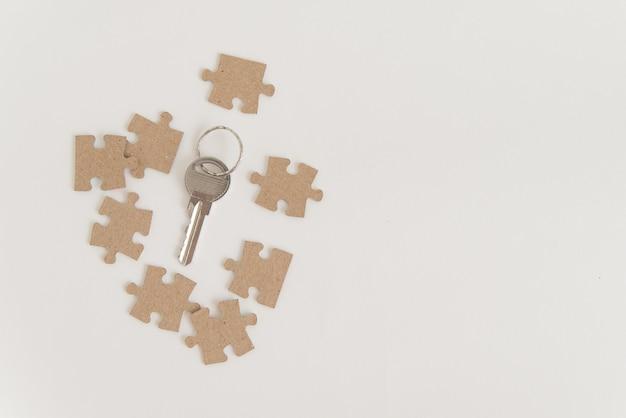 Llave y ocho piezas de rompecabezas