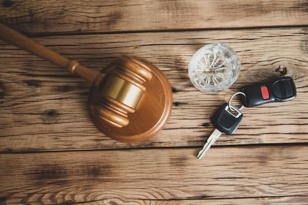 Llave con vidrio y mazo de juez en el escritorio