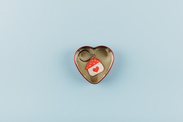 Llavero en forma de casa con corazón rojo.
