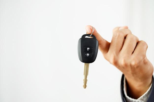Llaves de auto nuevas con ofertas préstamos de auto a bajo interés en salas de exhibición