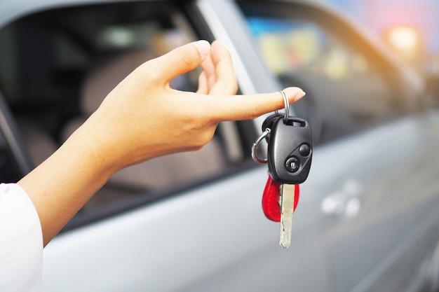 Las llaves del carro están en la mano.