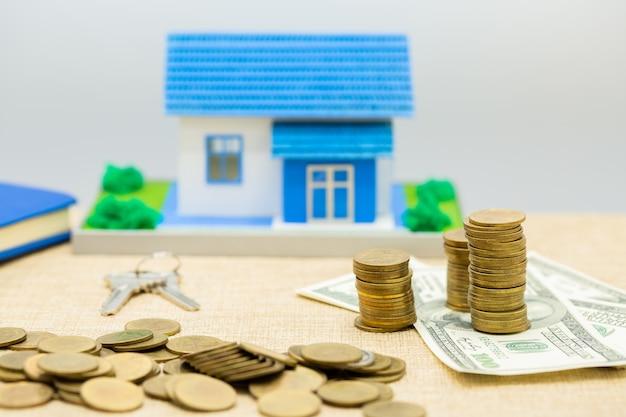 Llaves, casa y pila de dinero
