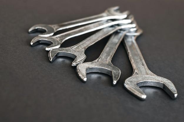 Llaves combinadas para reparación de automóviles en mesa gris
