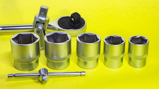 Llaves y herramientas para la reparación de automóviles. equipo de trabajo. copie el espacio.