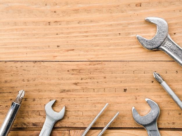 Llaves, pinzas y destornilladores en mesa.