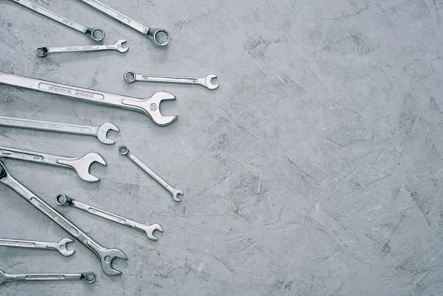 Llaves repare el juego de llaves de herramienta. juego de llaves de diferentes tamaños y diámetros. endecha plana.