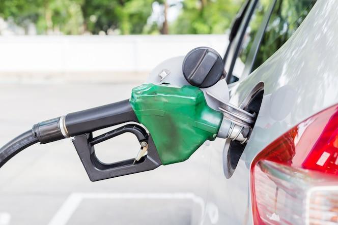 Llena su auto con gasolina en la gasolinera