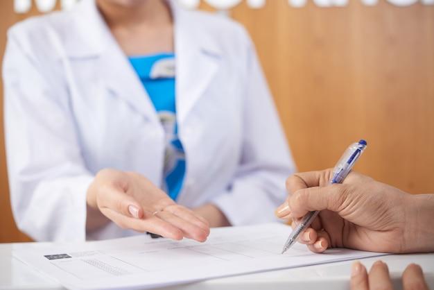 Llenando documentos médicos