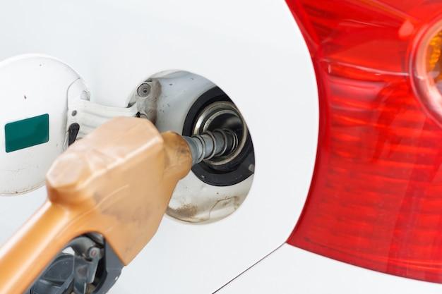 Para llenar la máquina de combustible. llene el coche con gasolina en una gasolinera. bomba de gasolinera llenado de gas de coche.