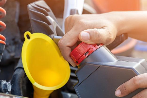 Llene aceite al motor después de conducir una motocicleta.