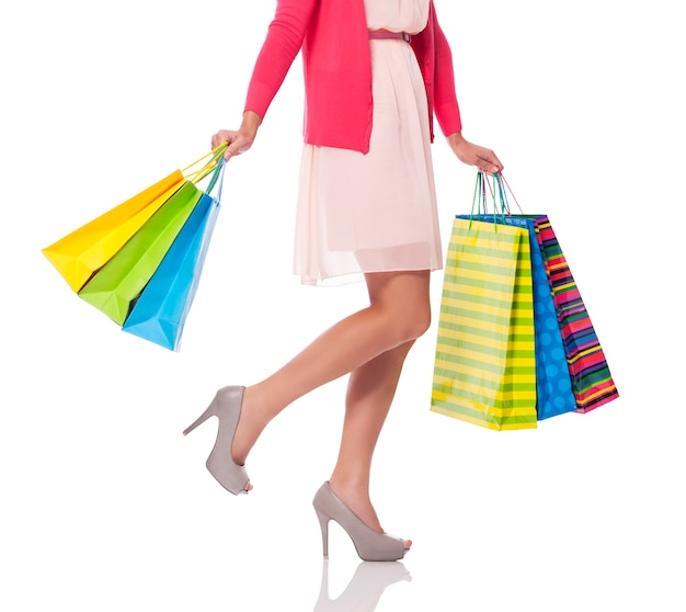 Llevando bolsas de compras, sección baja