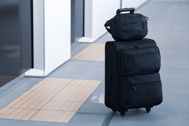 Llevar el equipaje esperando el retraso del tren en la plataforma.