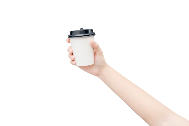 Llévate una taza de café. mano femenina que sostiene una taza de papel del café aislada en blanco con el camino de recortes.