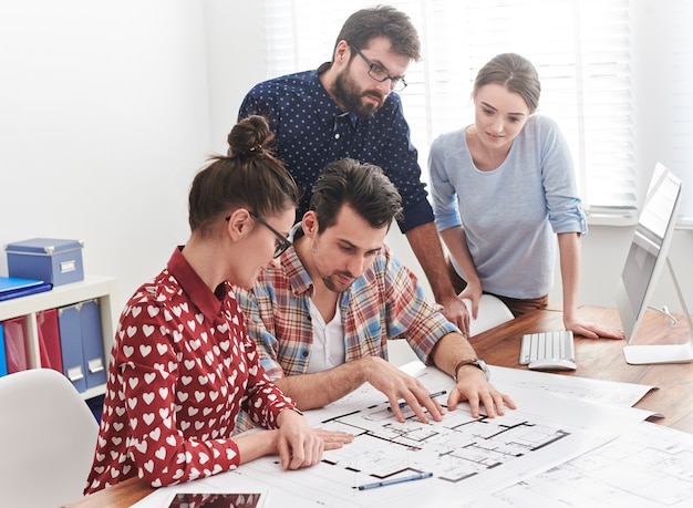 Lluvia de ideas con compañeros de trabajo en la oficina